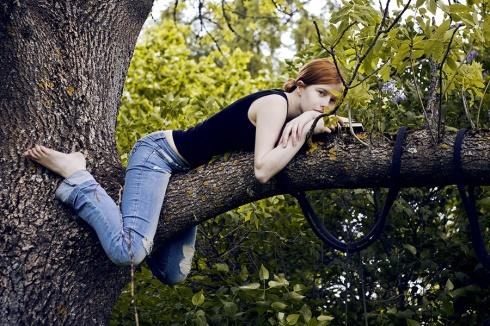 Spīgana kokā ar grāmatu